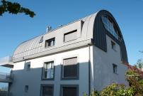 <h5>Les Alpes Pully : Toiture revêtement métallique en zinc prépatiné cintré</h5>
